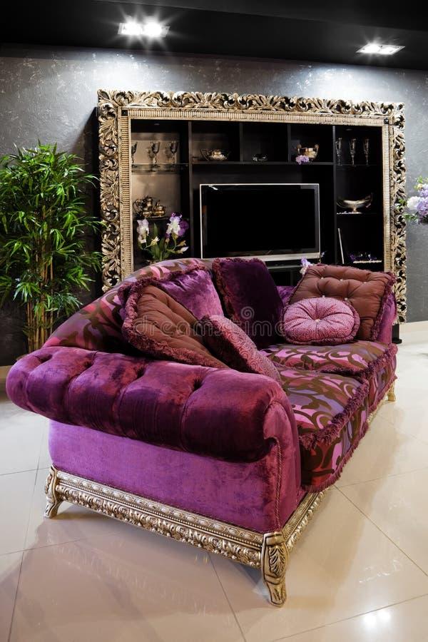 piękna purpurowa kanapa zdjęcie stock