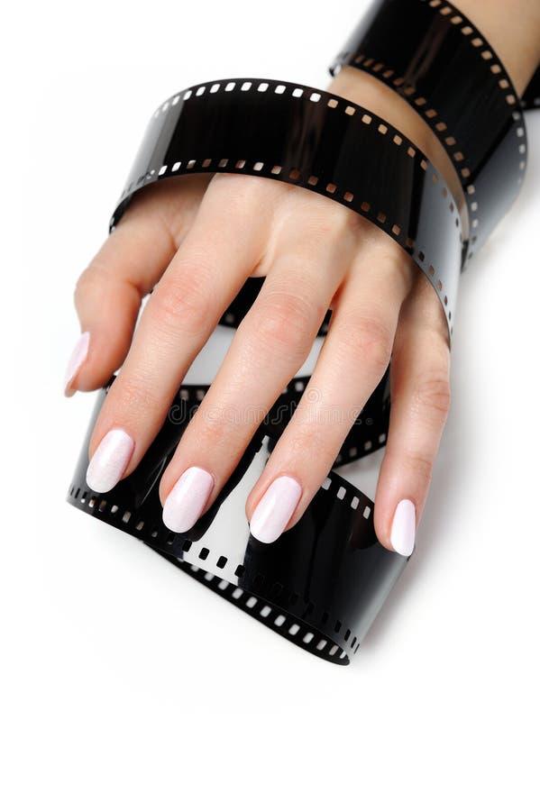 Piękna ręka z manicure'u i fotografii filmem zdjęcie stock