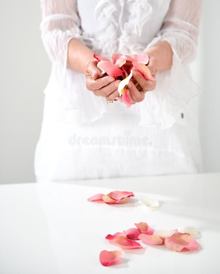 Piękna ręka z perfect francuskim manicure'em na taktującym gwoździa hol zdjęcie royalty free