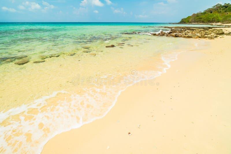 Piękna raj wyspa z pustą plażą i morzem zdjęcia stock