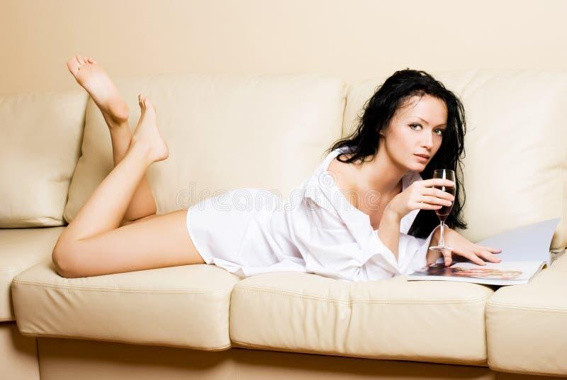 piękna relaksująca kanapy kobieta fotografia stock