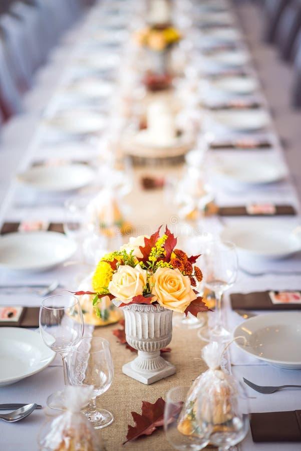 Piękna restauracyjna wnętrze stołu dekoracja dla poślubiać lub wydarzenia Kwiatu ślubu stołu Decoration/jesieni kolory fotografia royalty free