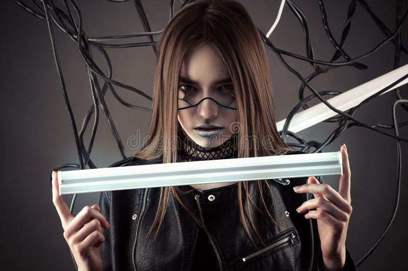 Piękna robot dziewczyna z rozjarzoną lampą w ręce w stylowym cyberpunk zdjęcie royalty free