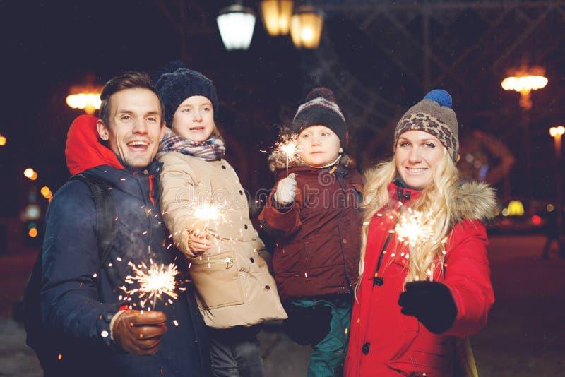 Piękna rodzina z płonącymi sparklers obrazy stock