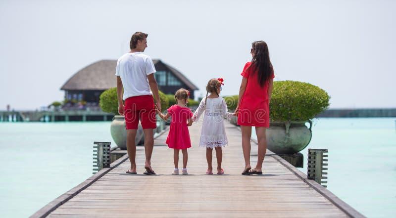 Piękna rodzina zabawę na drewnianym jetty podczas zdjęcie stock