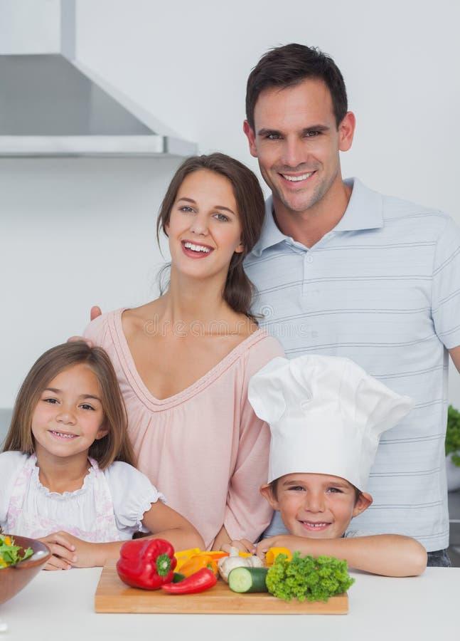 Piękna rodzinna pozycja w kuchni obrazy stock