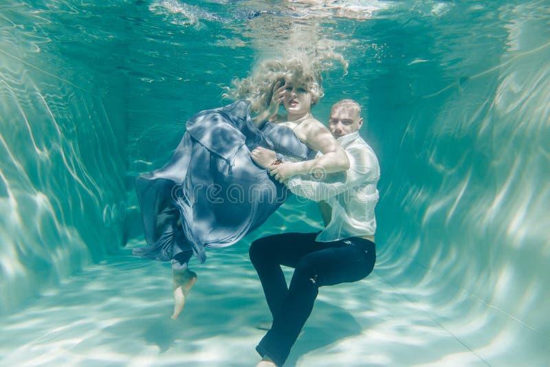 Piękna romantyczna para kochankowie ściska delikatnie pod wodą fotografia stock
