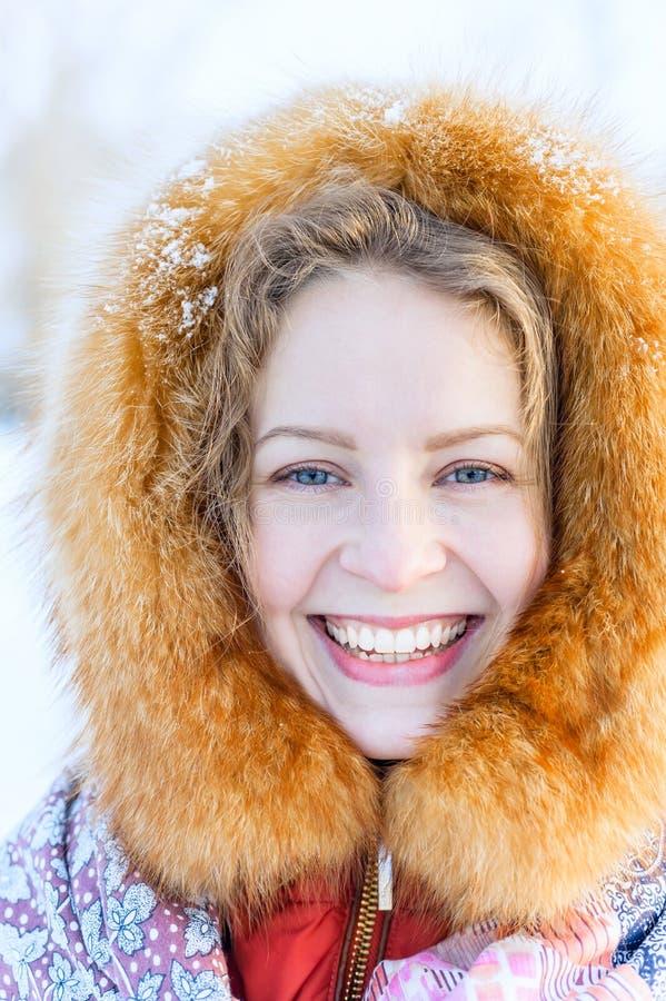Piękna Rosyjska kobieta w futerkowym kapiszonie woolen mitynkach i Plenerowy mody zimy portret obraz stock