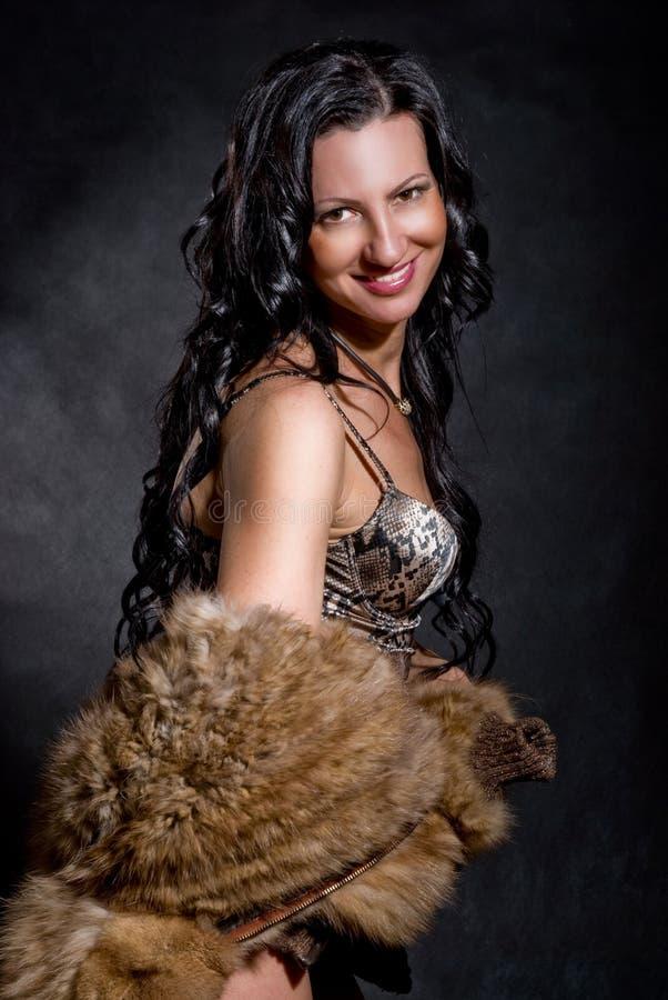 Piękna rozochocona kobieta w futerkowym żakiecie obrazy stock