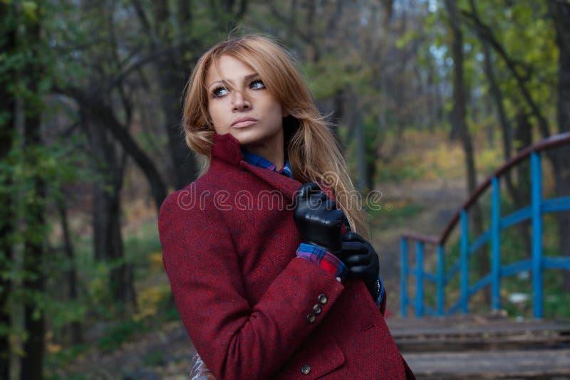 Piękna rozważna blondynki kobieta w kurtce i rzemiennych rękawiczkach ja obrazy stock