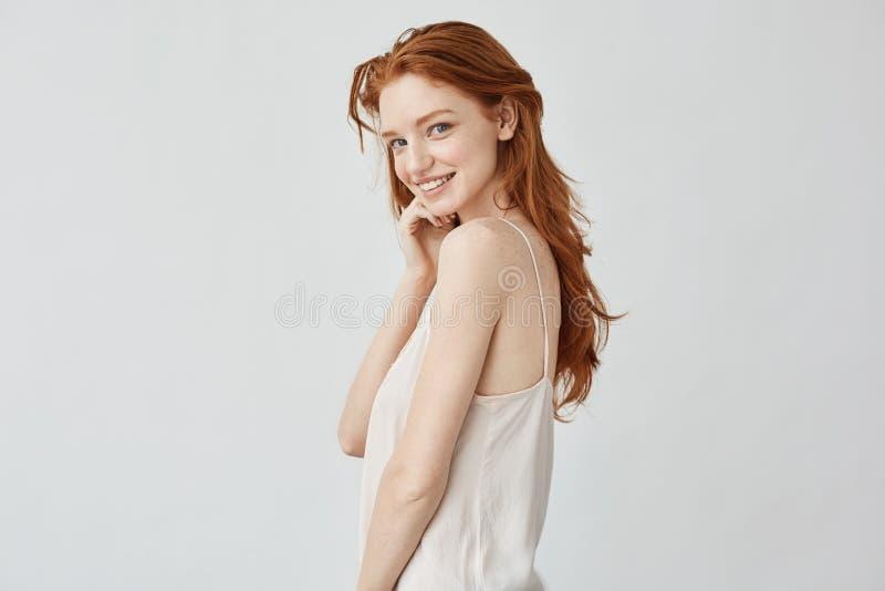 Piękna rudzielec dziewczyna ono uśmiecha się z piegami patrzejący kamerę fotografia stock