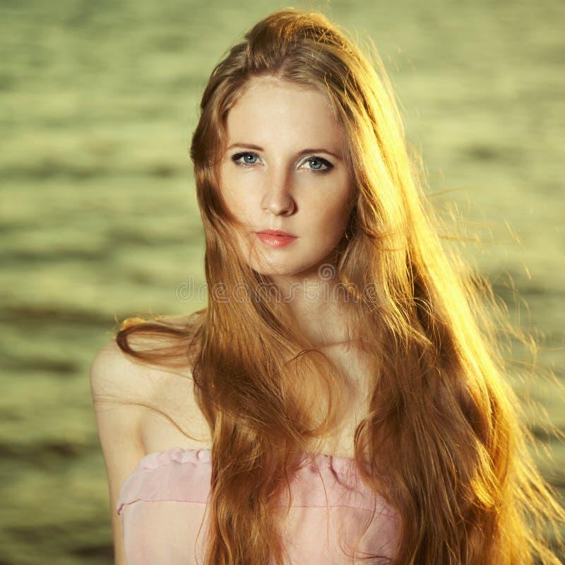 Piękna rudzielec dziewczyna przy stawem fotografia royalty free