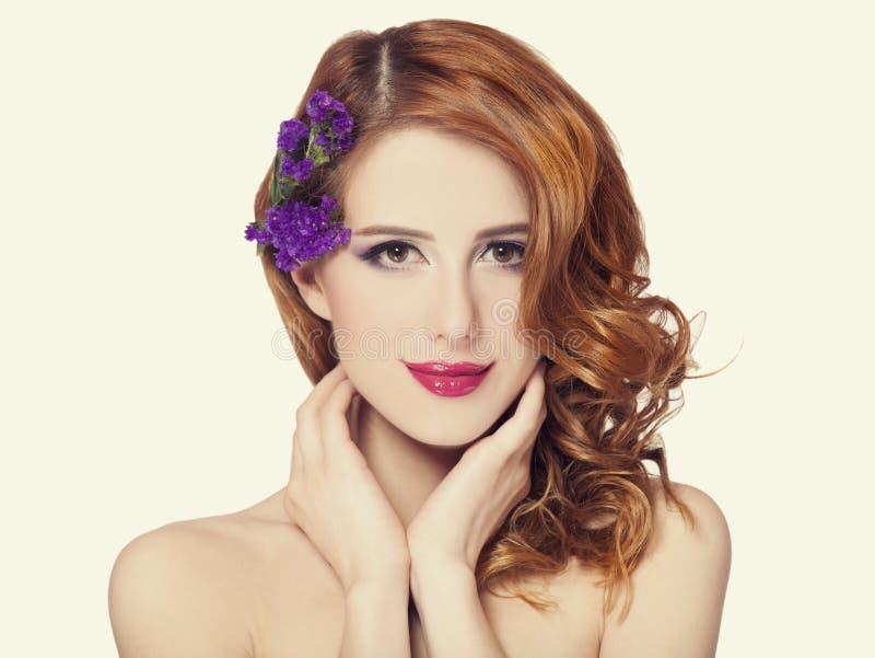 Piękna rudzielec dziewczyna z kwiatami odizolowywającymi zdjęcia royalty free