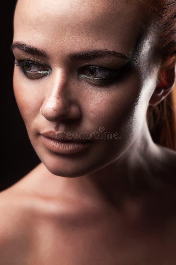 Piękna rudzielec dziewczyna z piegami zdjęcia stock