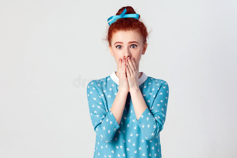 Piękna rudzielec kobieta w błękit sukni doesn ` t chce rozprzestrzeniać plotki lub niektóre poufną informację obrazy royalty free