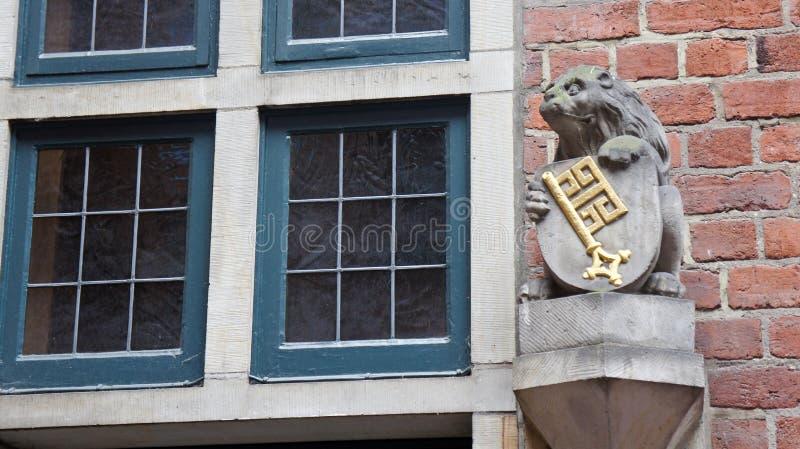 Piękna rzeźba i okno na Bottcherstrasse w starym miasteczku, Bremen, Niemcy obraz royalty free