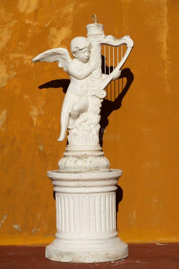 Piękna rzeźba z pomarańcze ścianą obraz stock