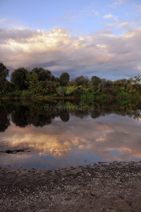 Piękna rzeka i niebo w wieczór zdjęcie stock