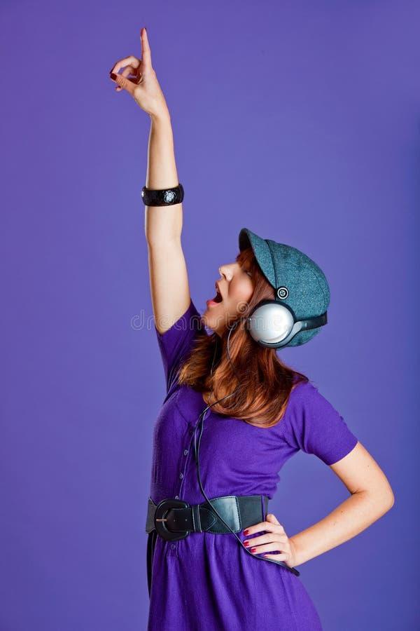 Download Piękna Słuchająca Muzyczna Kobieta Zdjęcie Stock - Obraz złożonej z ludzie, jeden: 13342912