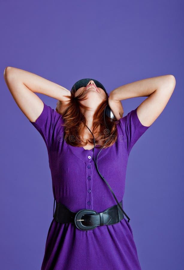 Download Piękna Słuchająca Muzyczna Kobieta Obraz Stock - Obraz złożonej z śliczny, przypadkowy: 13342927