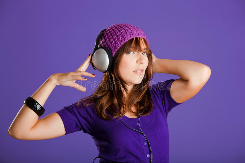 Download Piękna Słuchająca Muzyczna Kobieta Zdjęcie Stock - Obraz złożonej z migreny, lifestyle: 13342928