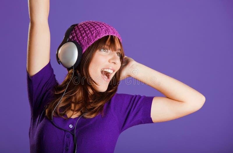 Download Piękna Słuchająca Muzyczna Kobieta Zdjęcie Stock - Obraz złożonej z naturalny, uroczy: 13342934