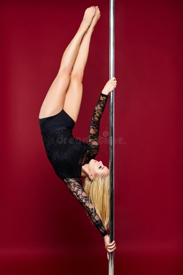 Piękna słupa tancerza dziewczyna zdjęcie royalty free