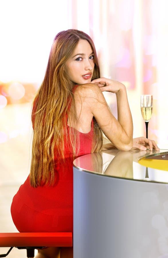 Piękna samotna kobieta w barze fotografia stock