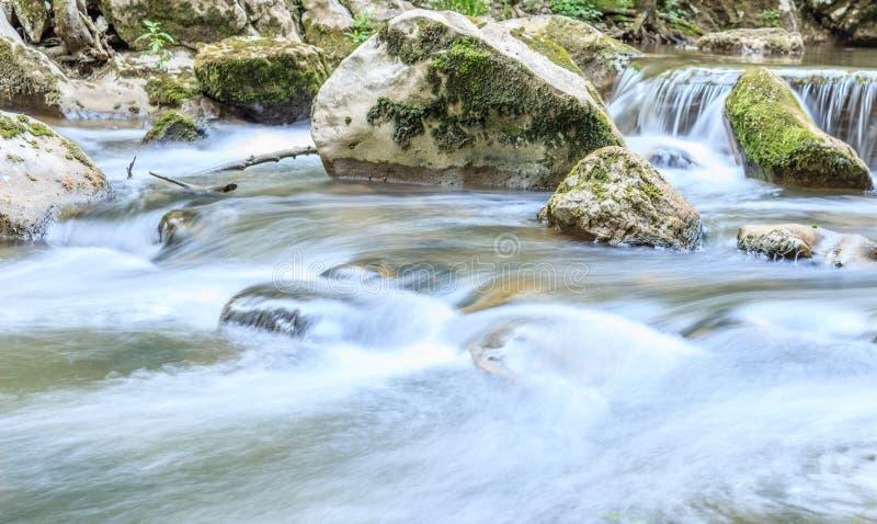 Piękna scena mała siklawa z kamień ampułą i kaskadą zdjęcie stock