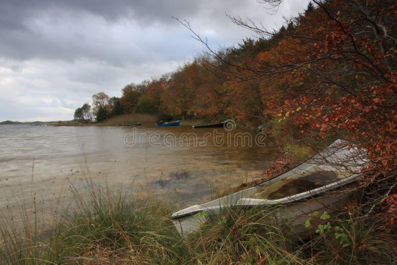 Piękna sceneria łódź przy jeziorem podczas jesień czasu fotografia royalty free