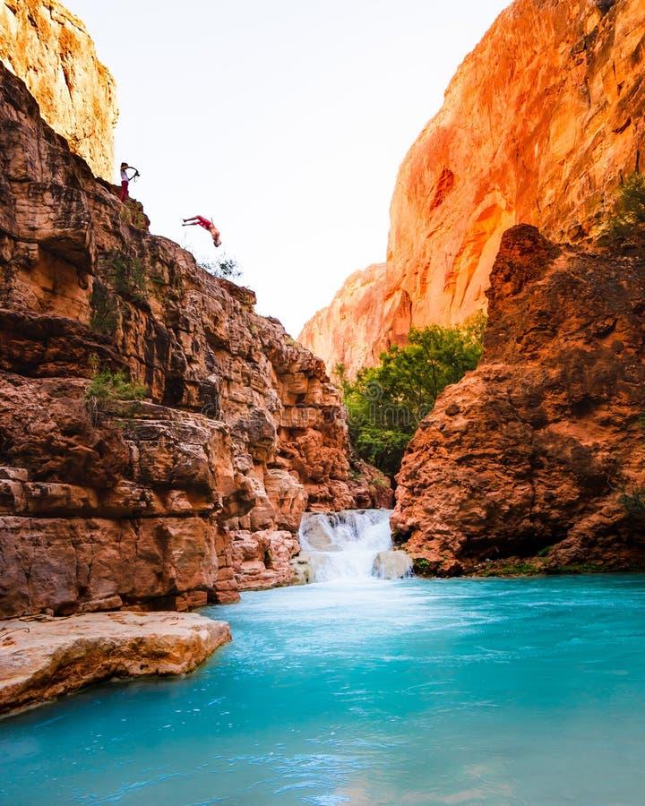Pi?kna sceneria Grand Canyon z zadziwiaj?cymi wysokimi skalistymi g?rami i jeziorem obraz stock