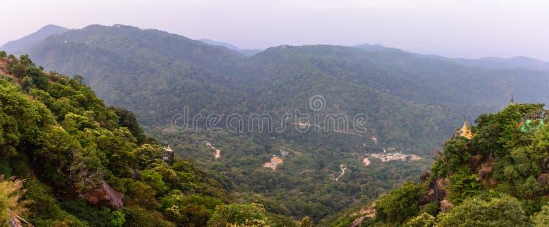 Piękna sceneria Kyaik Htee Yoe góra, Mon stan, Myanmar zdjęcie royalty free