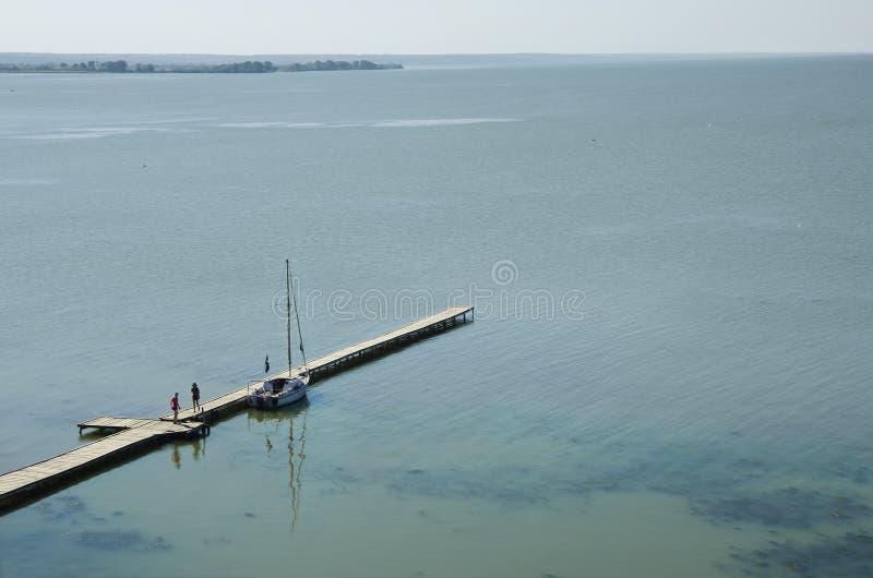 Piękna sceneria marina na morzu dla cumowniczych jachtów z ludźmi obraz royalty free