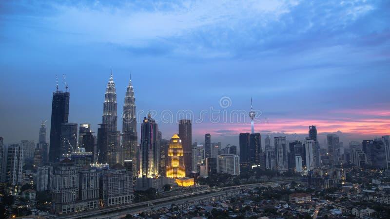 Piękna sceneria w klcc bliźniaczych wieżach przy półmrokiem zdjęcia royalty free
