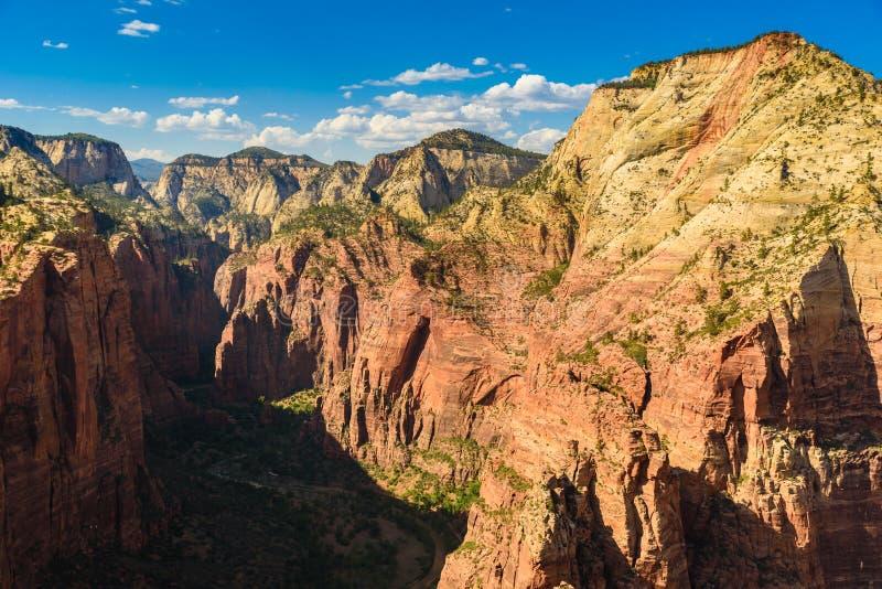 Piękna sceneria w Zion parku narodowym z dziewiczą rzeką, Wycieczkuje wzdłuż anioła lądowania śladu, Utah, usa fotografia stock