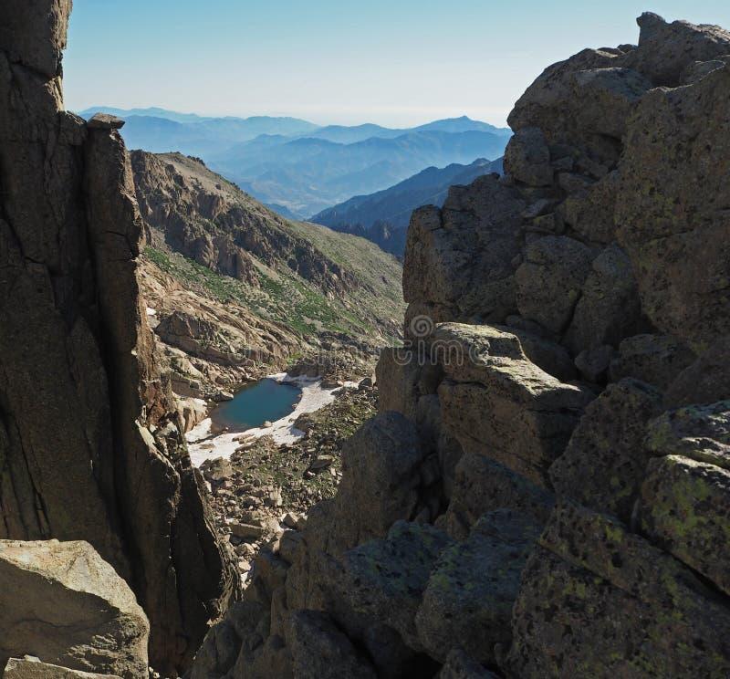 Piękna sceneria wysoka góra marznący jezioro z niebieskim niebem zdjęcia stock