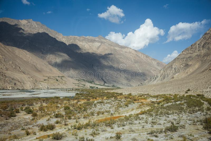 Piękna sceneria wzdłuż wycieczki samochodowej na Wakhan dolinie, Pamir autostrada, Tajikistan obrazy stock