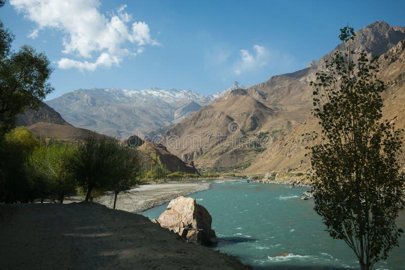 Piękna sceneria wzdłuż wycieczki samochodowej na Wakhan dolinie, Pamir autostrada, Tajikistan fotografia stock