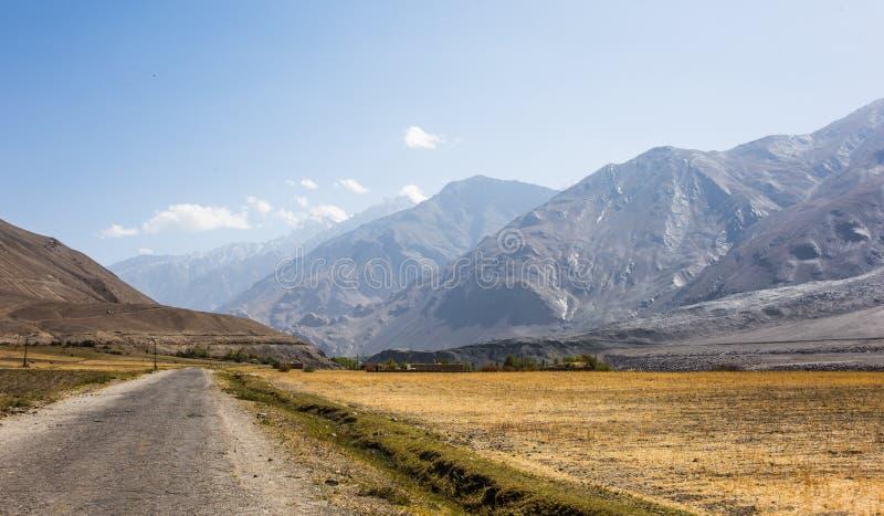 Piękna sceneria wzdłuż wycieczki samochodowej na Wakhan dolinie, Pamir autostrada, Tajikistan zdjęcie stock