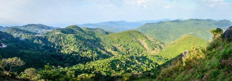 Piękna sceneria z chmurnym niebem, światłem słonecznym, górami i pierwszymi planami, fotografia royalty free