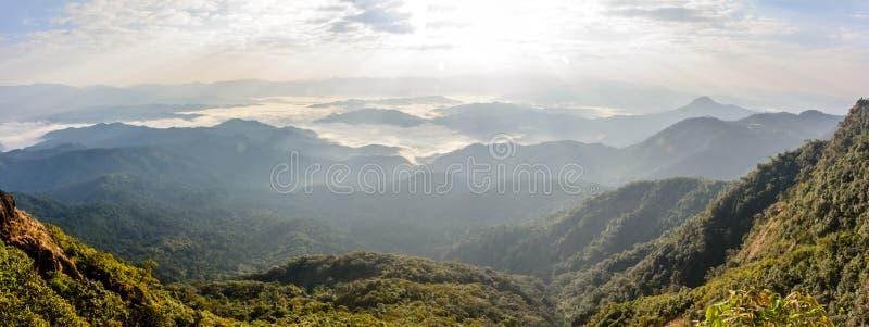 Piękna sceneria z chmurnym niebem, chmurny morze, światło słoneczne, mountai zdjęcie royalty free