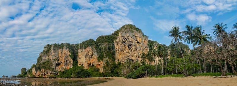 Piękna sceniczna wapień faleza w Krabi, Tajlandia tęsk panorama zdjęcie stock