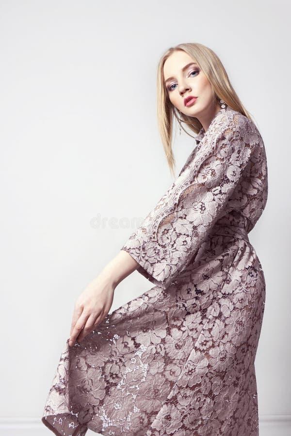 Piękna seksowna blond kobieta w lato sukni Dziewczyna z perfect ciałem pozuje stać Piękny długie włosy i nogi gładcy, czyścimy fotografia stock