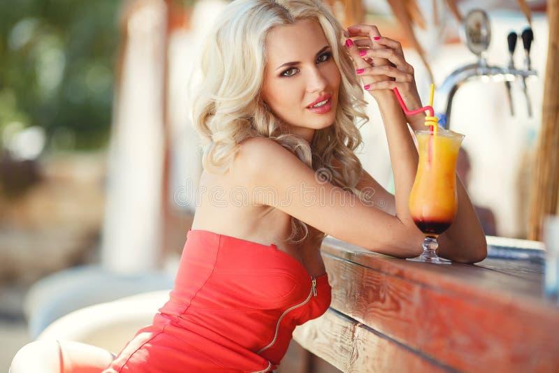 Piękna seksowna blondynki kobieta w barze fotografia royalty free