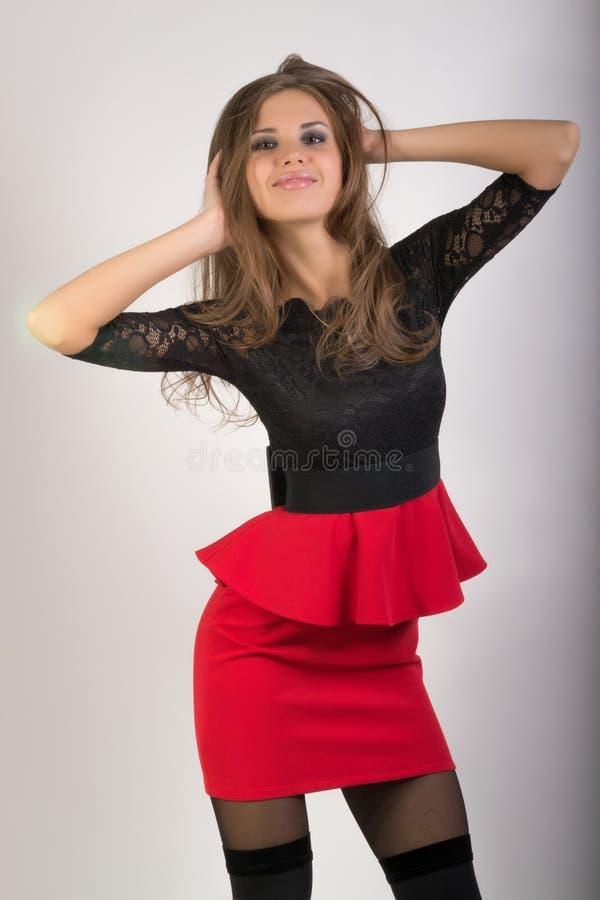 Piękna seksowna brunetki dziewczyna w czerwonej krótkiej spódnicie zdjęcia stock