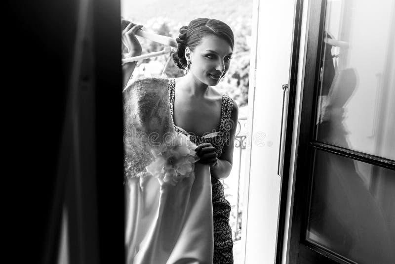 Piękna seksowna brunetki panna młoda ono uśmiecha się z białą ślubną suknią a zdjęcia stock
