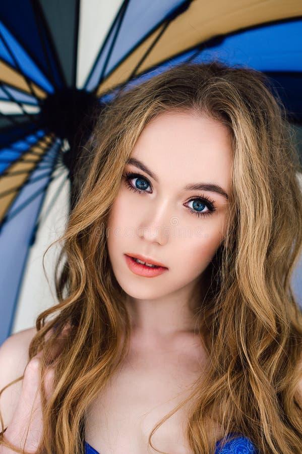 Piękna seksowna dama w eleganckich błękitnych majtasach i staniku Moda portret model indoors Piękno blondynki kobieta trzyma para obrazy royalty free
