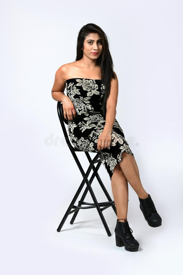 Piękna seksowna dziewczyna siedzi na krześle obraz royalty free
