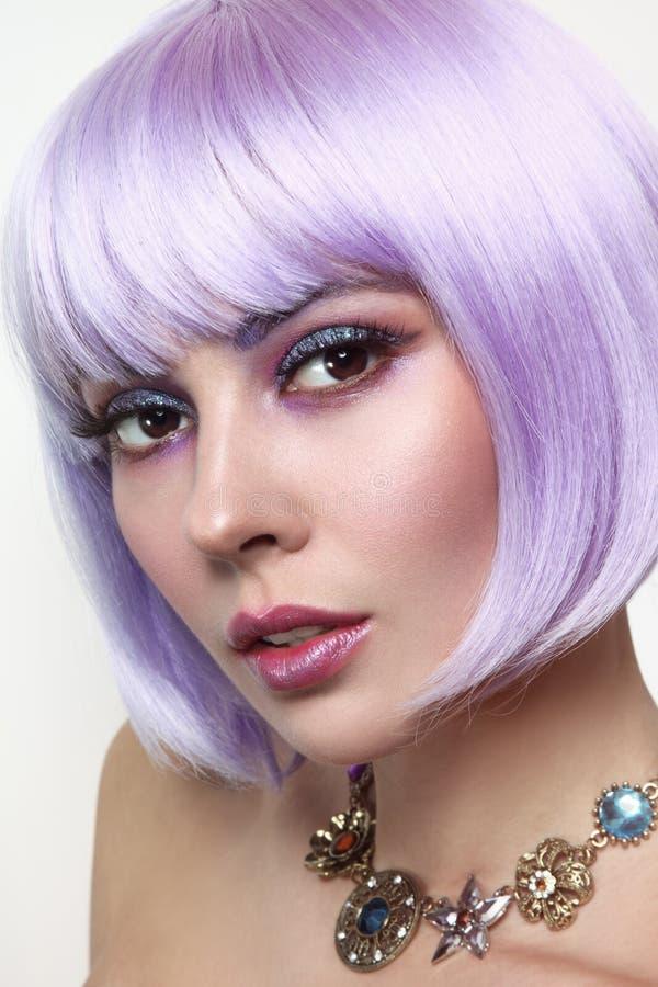Piękna seksowna dziewczyna z fiołkowym włosy i fantazi makijażem zdjęcie royalty free
