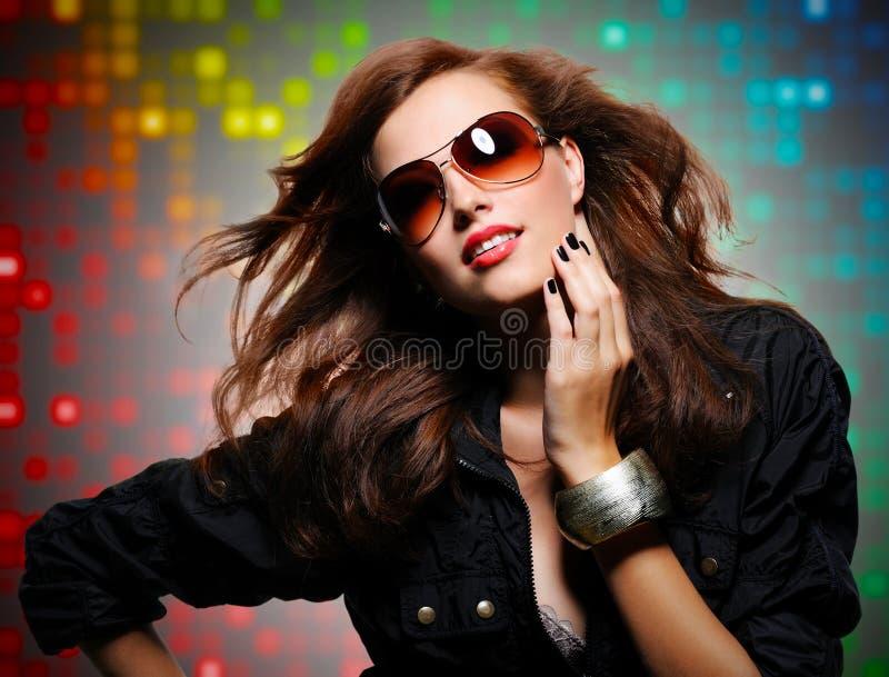 Piękna seksowna elegancka kobieta w nowożytnych okularach przeciwsłonecznych obraz royalty free